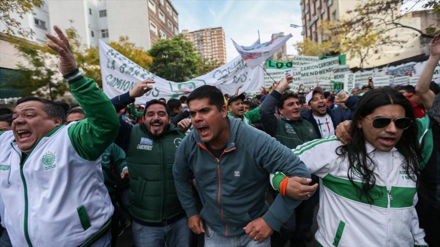 Protestas contra aumento de precios y despidos en Argentina.