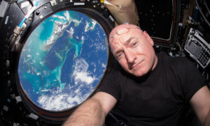 """""""Mi hermano gemelo y yo fuimos casi delincuentes juveniles, pero llegamos a ser astronautas"""" - 180123_ScottKelly_NASA_image671_405-300x181"""